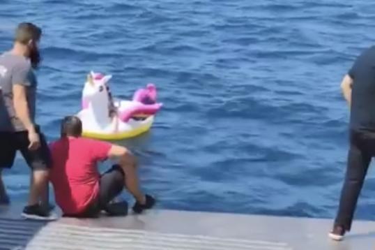Команда парома спасла девочку, которая унесло в море на надувном единороге