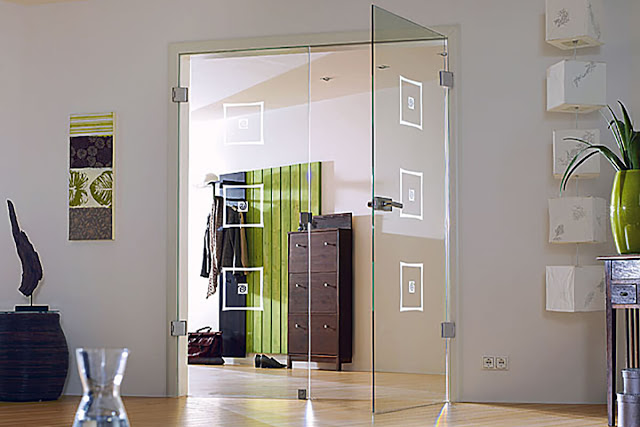Pendular glass door with art sandblasting