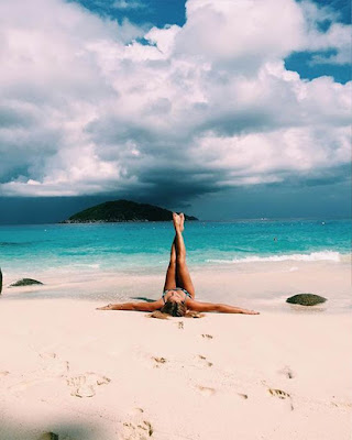 foto tumblr en la playa chica acostada