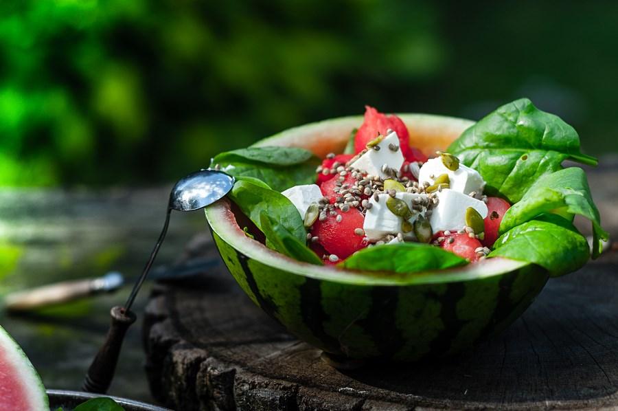 Salatka-z-arbuzem-feta-i-szpinakiem
