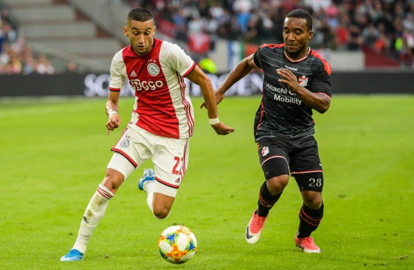 Hakim Ziyech dribbling passed a defender in the Eredivisie