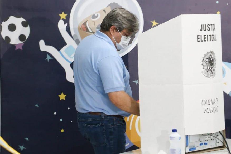 João Azevêdo vota e espera 'esforço gigantesco' para combater o pós-pandemia