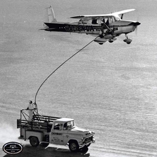 طائرة Cessna 172 اثناء التزود بالوقود جواً من شاحنة سريعة