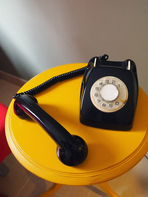restauración en color negro de teléfono antiguo, aire retro