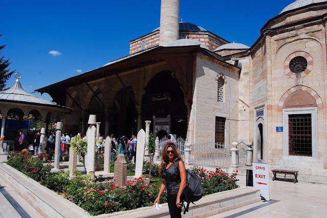 Vero dans la vaste cour d'entrée pavée de marbre, sur laquelle, outre le monument principal, s'ouvrent les cuisines et les 17 petites cellules des derviche. On remarque à l'arrière plan quelques tombes de derviches et une fontaine aux ablutions tout au fond