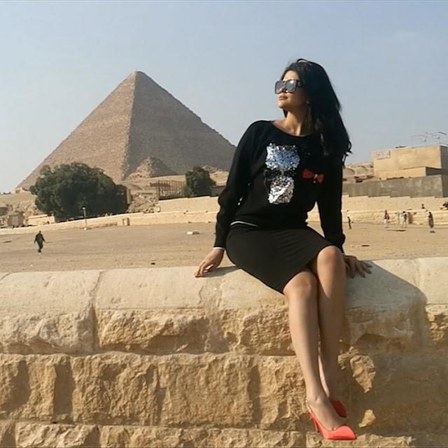 سلمي رشيد تشعل مواقع التواصل الاجتماعي في الاهرامات المصرية