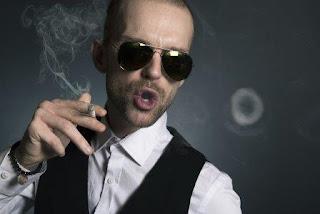 Komponen Kenikmatan, kenikmatan merokok, penyebab kecanduan merokok karena nikmat, komponen penyebab kecanduan merokok, pria sedang menikmati rokok, gaya asap bulat saat merokok, penyebab merokok karena kenikmatan
