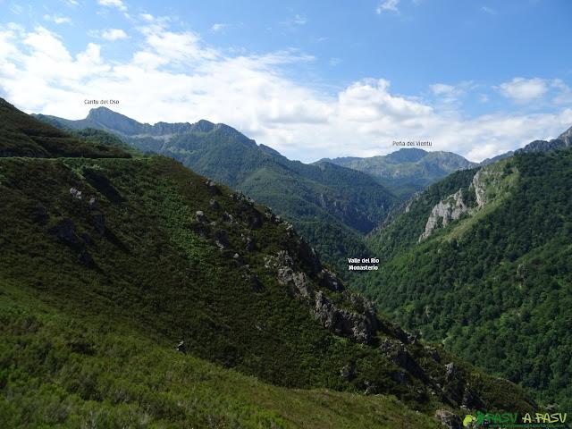 Vista del Cantu del Oso y la Peña del Vientu desde el Mirador del Texu la Oración