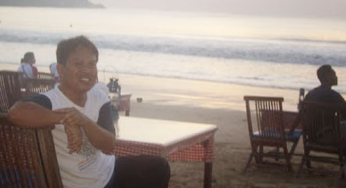 Sit relaxed on Bali's Jimbaran Beach. Even though the stomach is hungry Waiting for friends from IALF and Australian foreigners to have dinner together. Badulu syahrir's photo