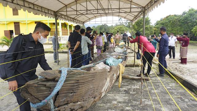 Bupati Lingga Menandatangani Serah Terima Perahu Bercadik Khas Nusantara