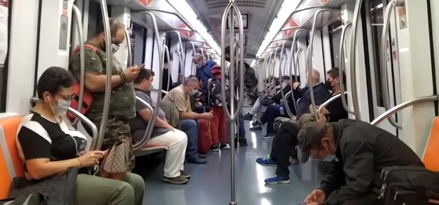 L'alba in metro ancora tra code e senza distanziamento. Preoccupa la riapertura delle scuole