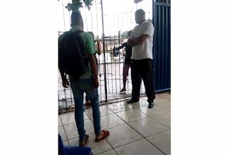 Jovens trocam socos dentro de escola e vigilante assiste de braços cruzados; assista