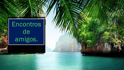 A foto mostra um rio com água limpa e ao lado vegetação e no destaque uma linda palmeira. Tem uma placa e diz: Encontros de amigos.