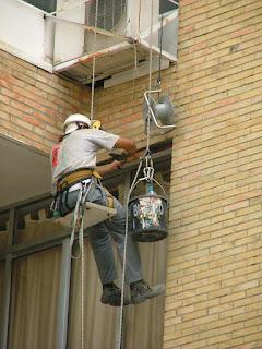 Trabajos de aislamiento y reparación en muros de gran altura.