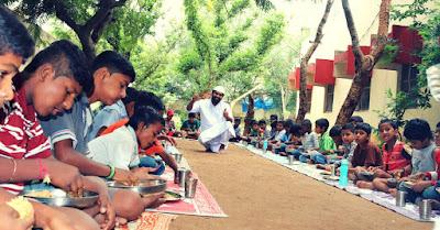 khwaja moinuddin nawab's kitchen,Khwaja Moinuddin feeding to orphans