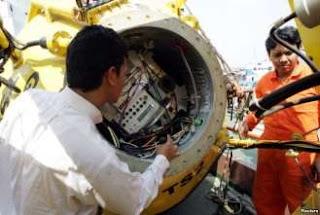 Para Teknisi Memeriksa Tsunami Buoy yang Rusak di Pelabuhan Tanjung Priok, Jakarta