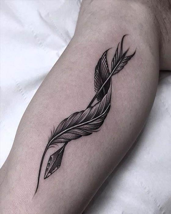 tatuaje de pluma creativo negro