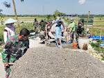 TNI Bersama Warga Desa Kacangan Bangun Jalan Rabat Beton