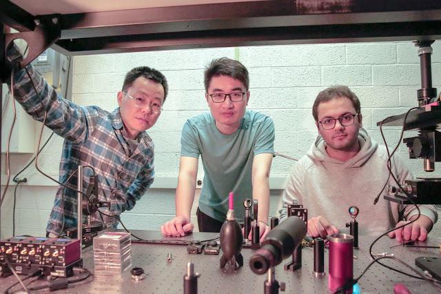 """تمكن باحثون أمريكيون في جامعة ويسكونسن من تطوير زجاج """"ذكي"""" يستطيع فك رموز أي رقم من 0 إلى 9 مكتوب بخط اليد."""