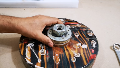 تثبيت قطعة دائرية من الخشب على قاعدة النموذج ، وذلك لتركيب جزء المخرطة عليه