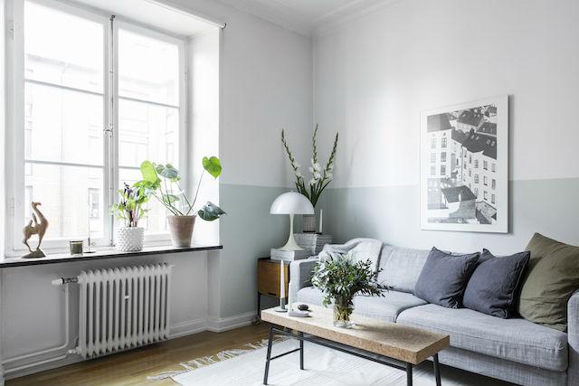 salón con pared pintada en mint a media altura