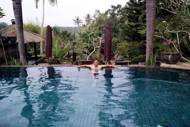 Alberto en la piscina del hotel Bunga Permai (Bali)
