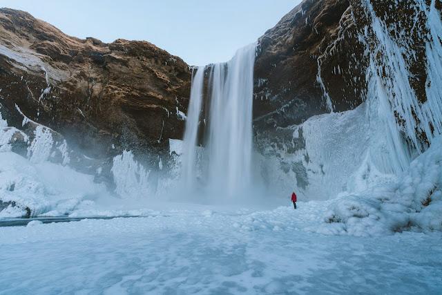 Download Beautiful wallpaper of huge water fall