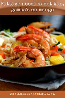 Pittige noodles met kip, garnalen, mango en prei