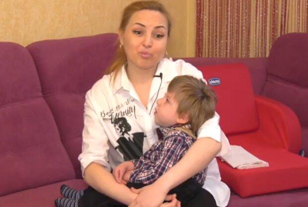"""Самотня українка бореться за життя маленького сина з ДЦП: """"Не потрібні ні чоловікові, ні державі"""""""