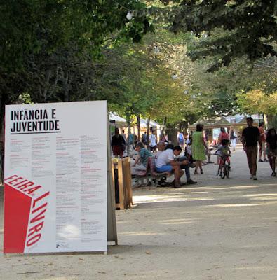 pessoas circulando pela Feira do Livro do Porto