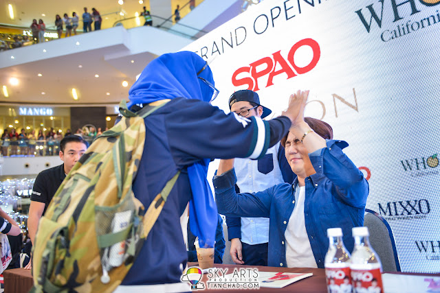 An over excited fans who high-five with KangIn
