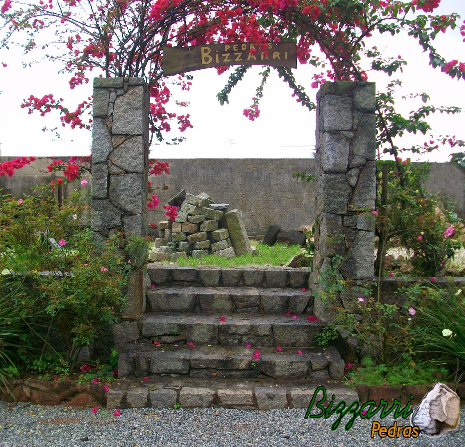 Calçamento da rua com pedra com pedrisco junto a escada de pedra rústica com o pórtico de pedra rústica com a execução do paisagismo.