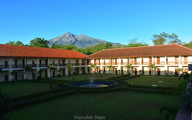 Pemandangan d'Emmerick Hotel dengan latar belakang Gunung Merbabu