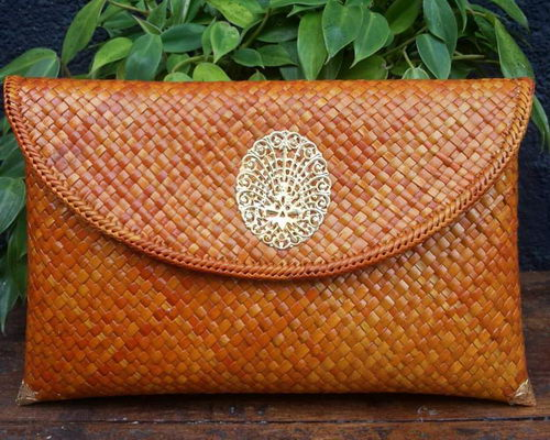 www.Tinuku.com Inssoo studio grounded in woven pandanus tradition for clutch works as luxury fashion accessory