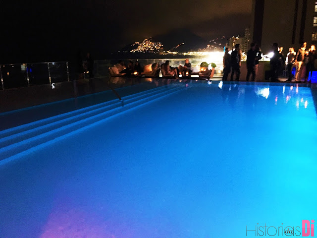A linda piscina iluminada era o destaque da Pool Party - Festa Glamurama