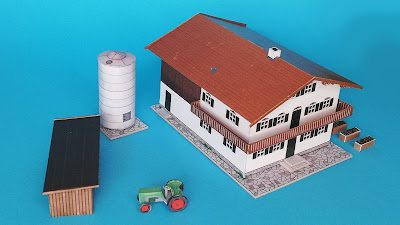 Kostenloses Kartonmodell eines alpinen Bauernhofes im Maßstab 1:220 (Spur Z) mit Schuppen, Silo, Traktor und Hochbeeten; Free Cardboard model of an Alpine farmhouse including shed, silo, tractor and raised beds, scale 1:220, Spur Z