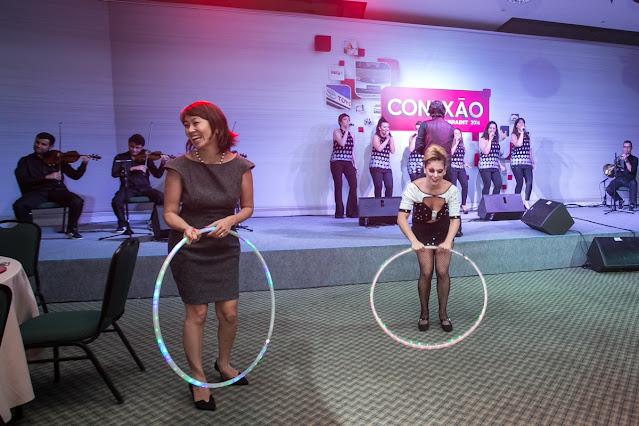 Participação dos convidados da Convenção Toyota na animação de Humor e Circo com Bambolê led em São Paulo.