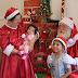 Em uma casinha formosa e elegante, Papai Noel recebe seus admiradores em plena praça central