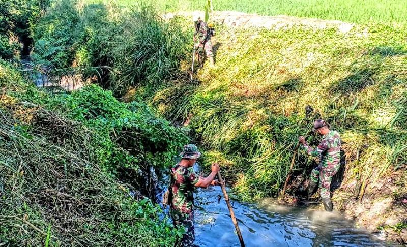 Cegah DBD Ditengah Pandemi Covid-19, Satgas Sektor 7 Lakukan Pembersihan Anak Sungai