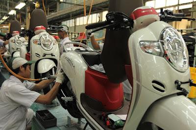 Perakitan Honda Scoopy Warna Merah - Putih di Pabrik AHM