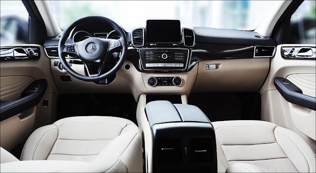 Màn hình phía sau vô lăng và Màn hình trung tâm Mercedes GLE 400 4MATIC Coupe 2019 thiết kế góc cạnh đẹp mắt