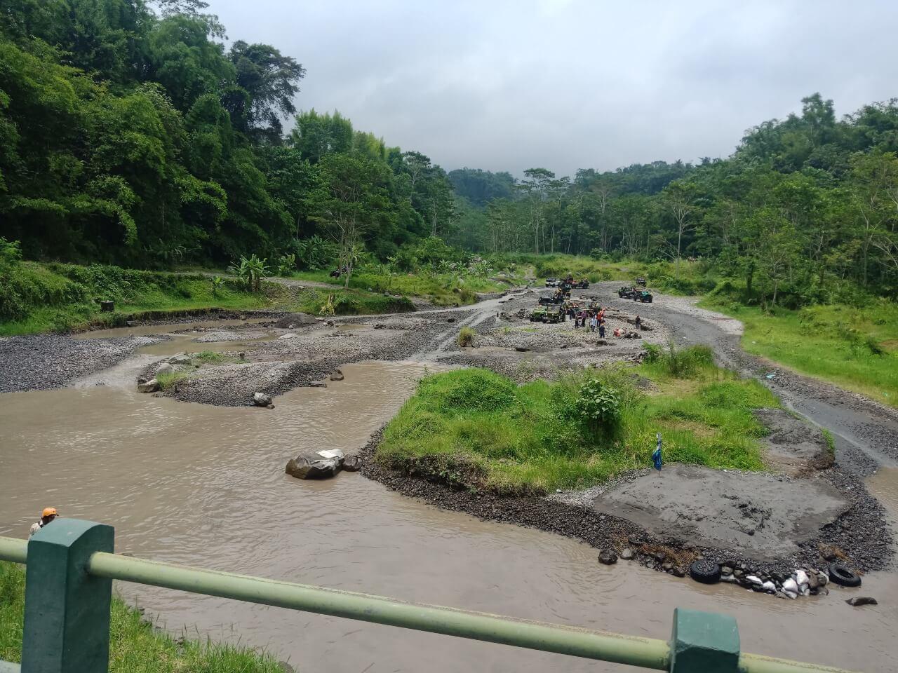 manuver-jeep-sungai-kalikuning-lava-tour