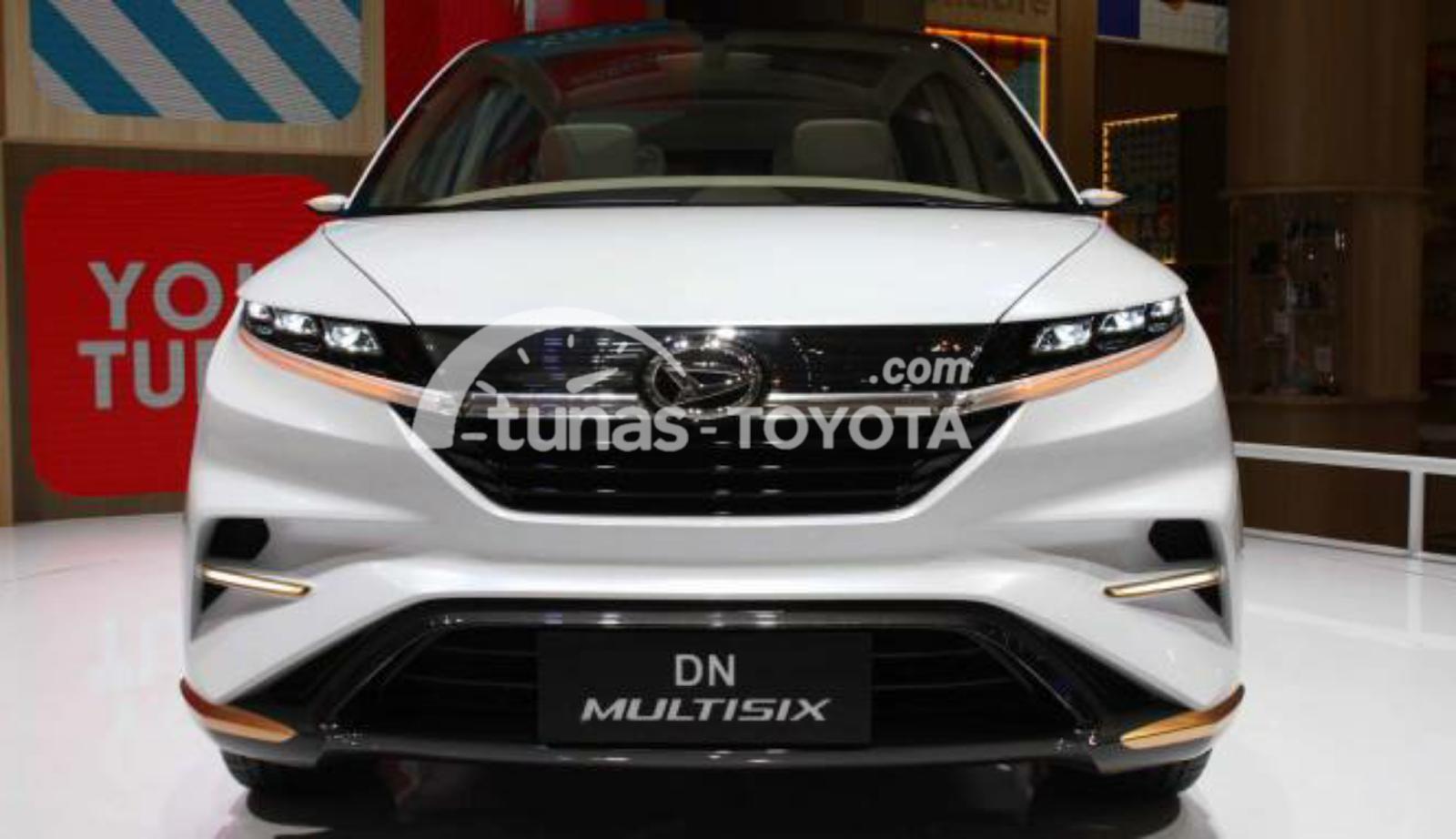 Gambar mobil Toyota Avanza 2018 berwarna putih dilihat dari bagian depan sedang parkir di dalam pameran mobil