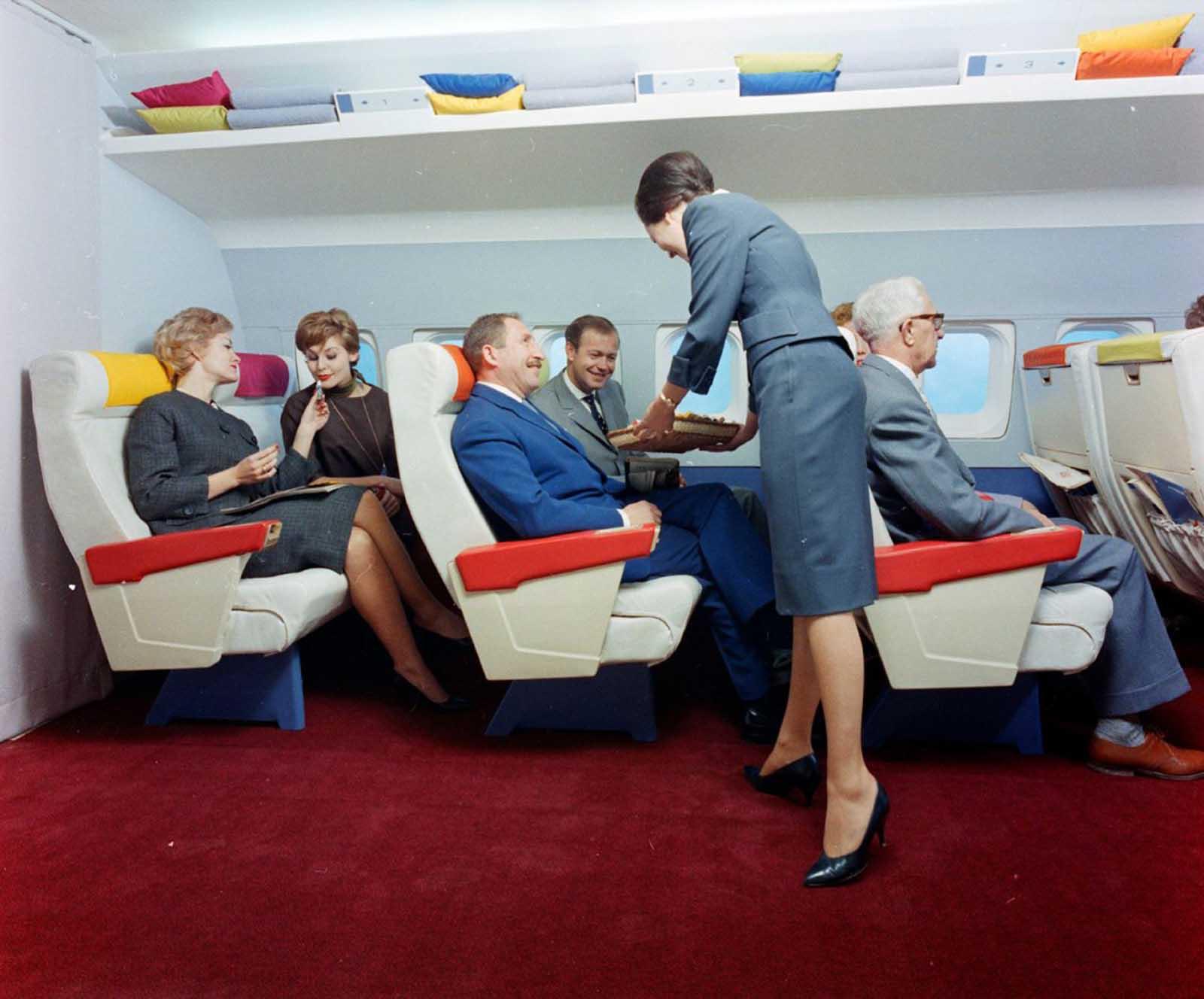 À medida que os aviões evoluíram, o conceito de viajar de avião tornou-se algo de apelo potencialmente mais amplo, e as companhias aéreas agiram para tornar as viagens aéreas mais confortáveis e mais gentis.