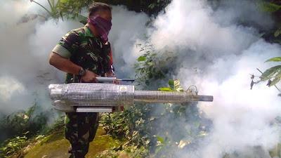 Babinsa Bantu Lakukan Foggin Untuk Menghambat Berkembangnya Nyamuk