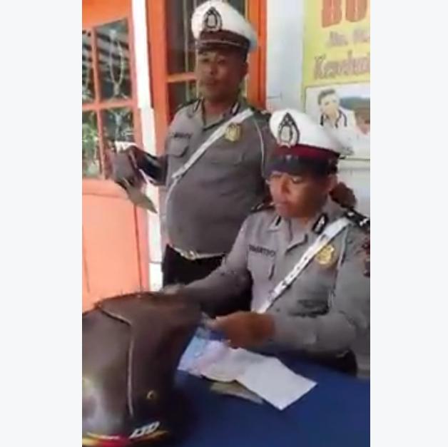 Video : Adu Mulut Dengan Polisi Pengguna Motor Tidak Terima Ditilang Hanya Karena...