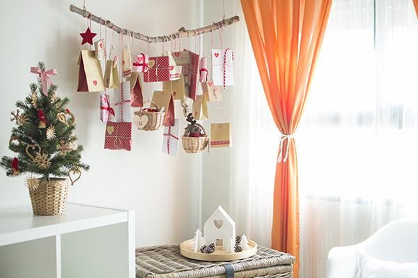 ac8c4613d Buscando ideas en Pinterest nos topamos con un montón de calendarios de  adviento hechos en ramas y pensamos que sería muy útil utilizar el perchero- rama que ...