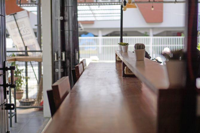 Meja di area terbuka cukup tinggi