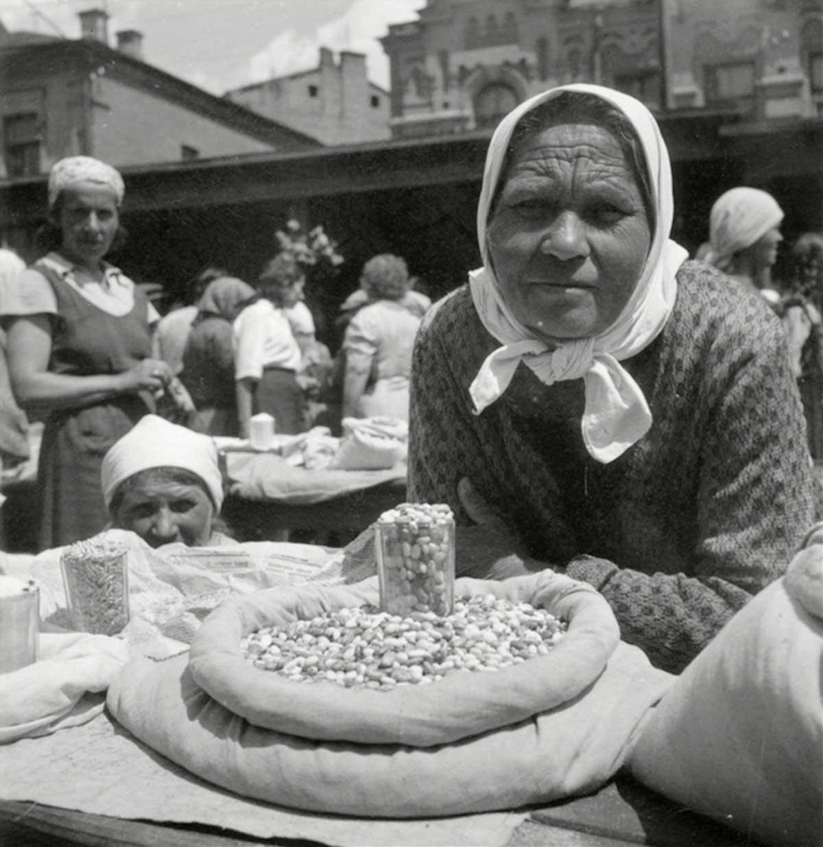 Mujeres campesinas en un mercado de venta de frijoles.