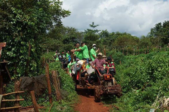 Ca đoàn Thông Vi Vu đi bằng xe công nông trong chuyến thiện nguyện ở Kon Tum - Ảnh: ĐĂNG PHÚ
